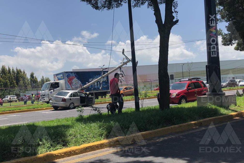 FOTOGALERÍA Fuerte colisión de un automóvil y un poste en Blvd. Aeropuerto Toluca