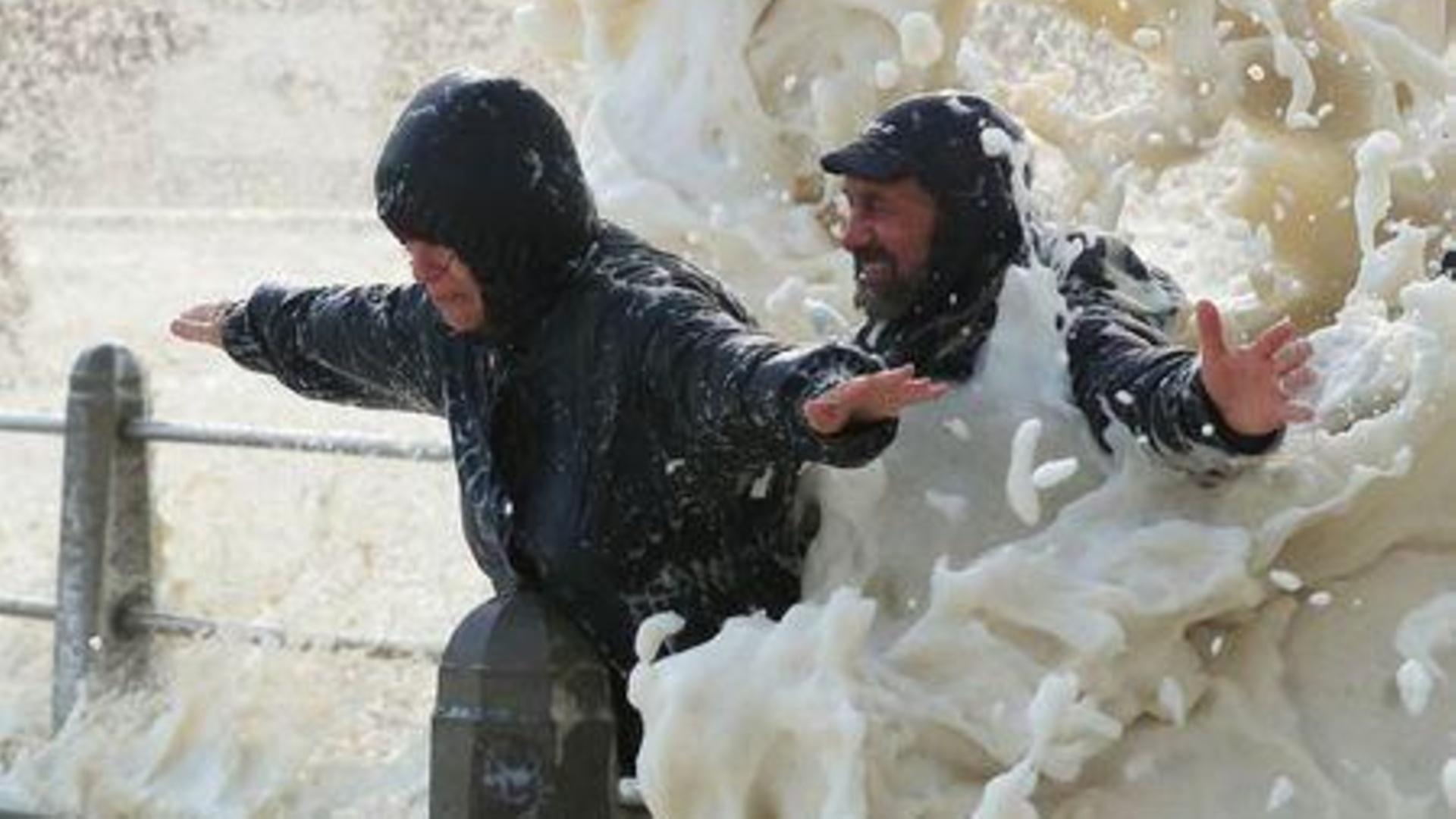Mar de espuma atrae a turistas alrededor del mundo