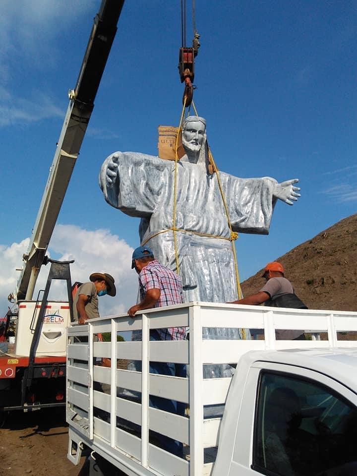 VIDEO-FOTOGALERÍA    Colocan Cristo sobre pirámide prehispánica en Veracruz