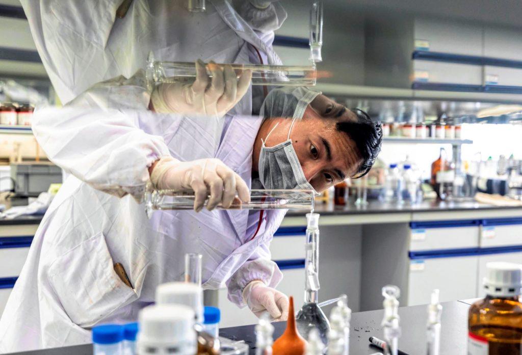 Universidad de Oxford y AstraZeneca anuncian costo de la vacuna contra el Covid-19