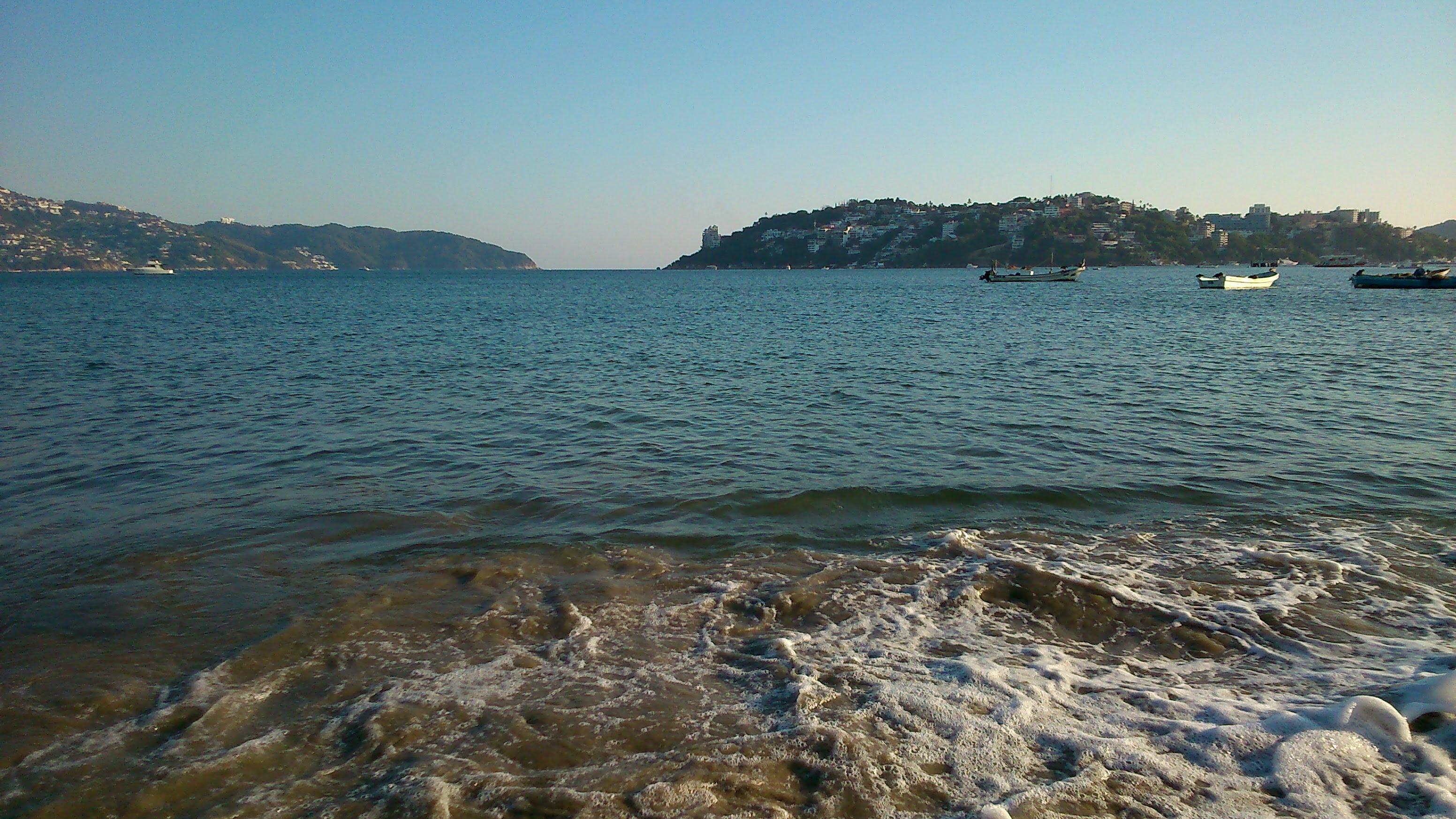 despues-de-tres-meses-reabren-las-playas-de-acapulco1