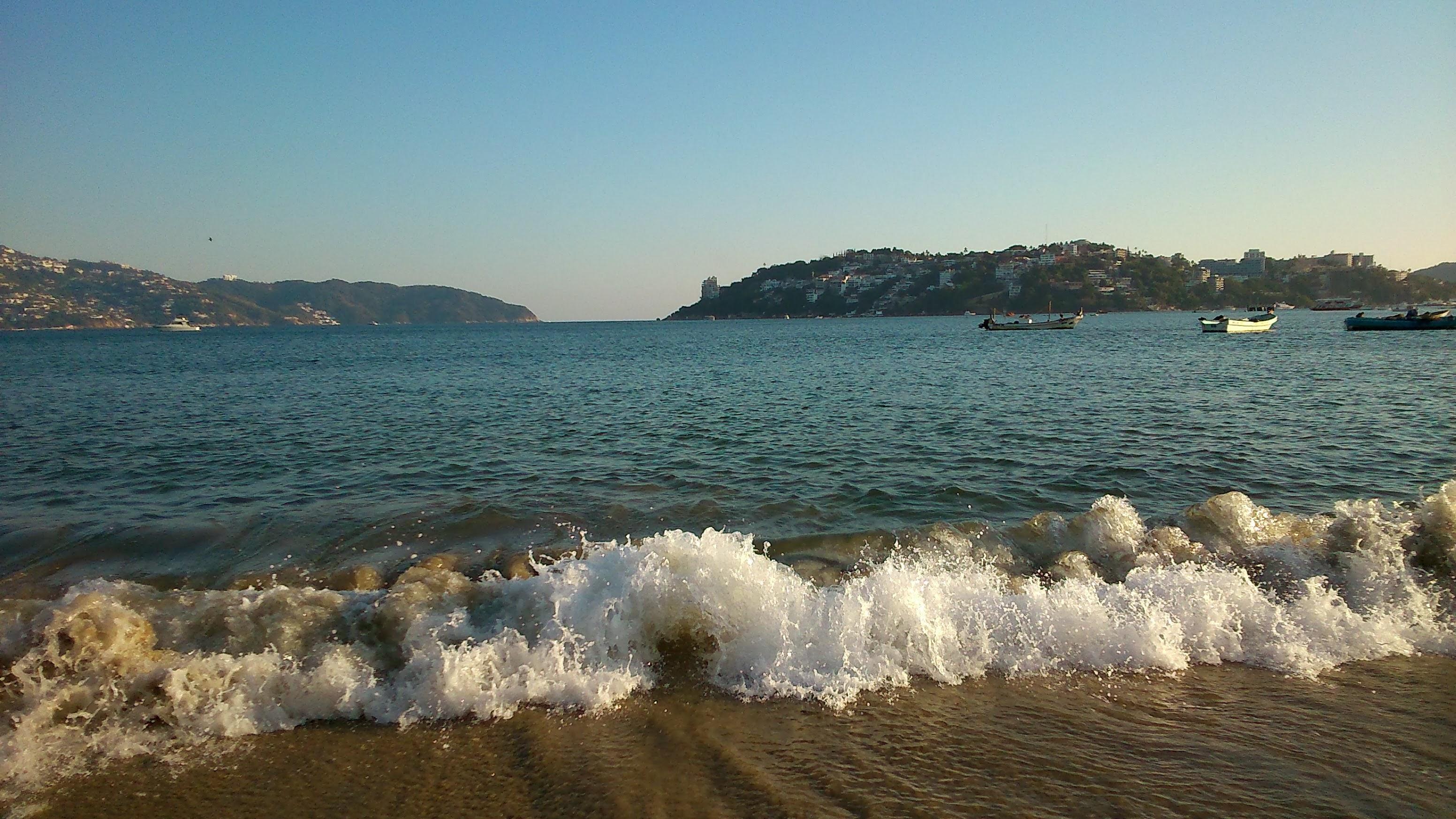 despues-de-tres-meses-reabren-las-playas-de-acapulco2