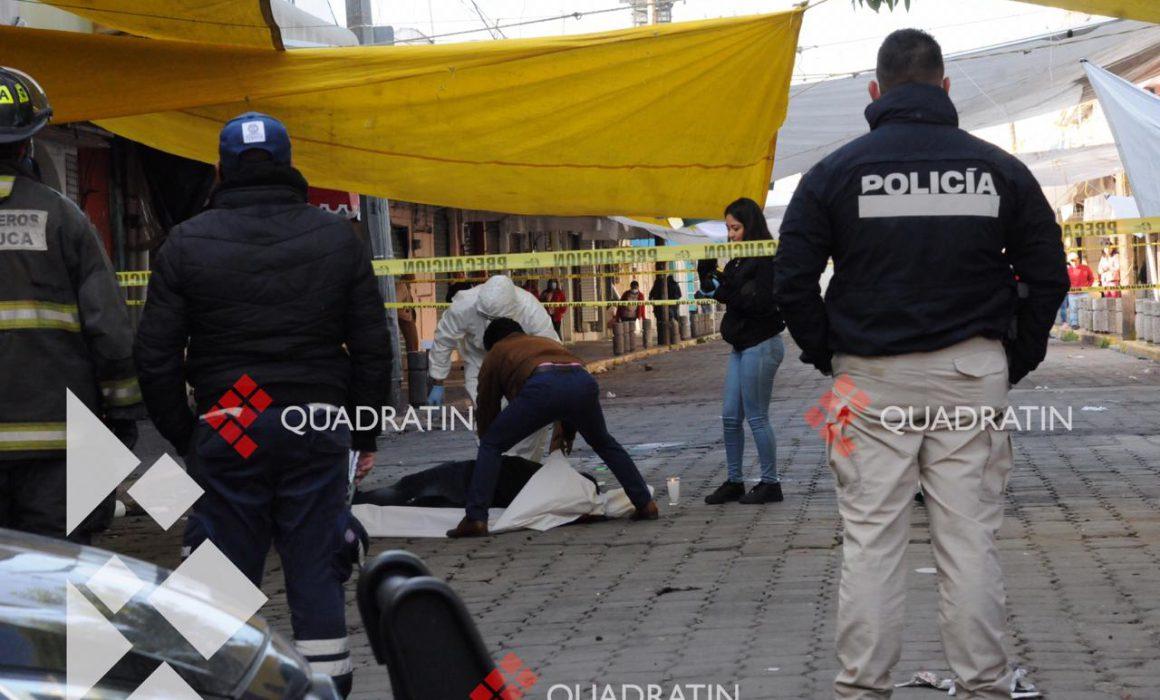 Encuentran hombre sin vida en puestos ambulantes de la Terminal de Toluca