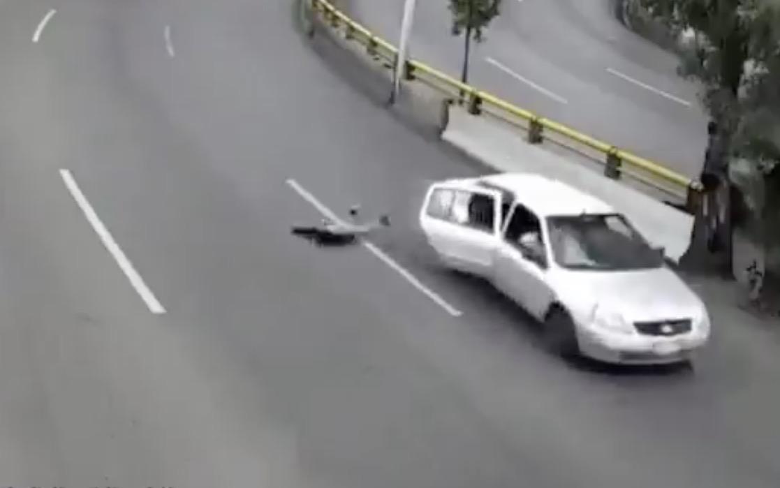 (Vídeo) Niño cae de un auto en movimiento en boulevard de Zacatecas