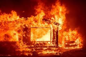 Sospechosos enmascarados queman casa