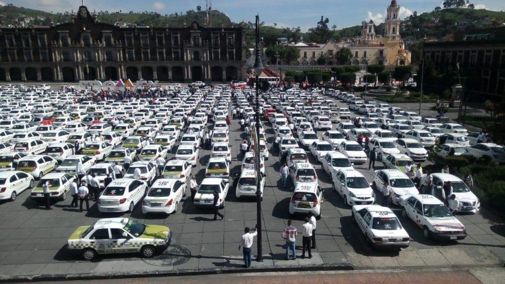 Taxistas y mototaxis se manifiestan en el centro de Toluca