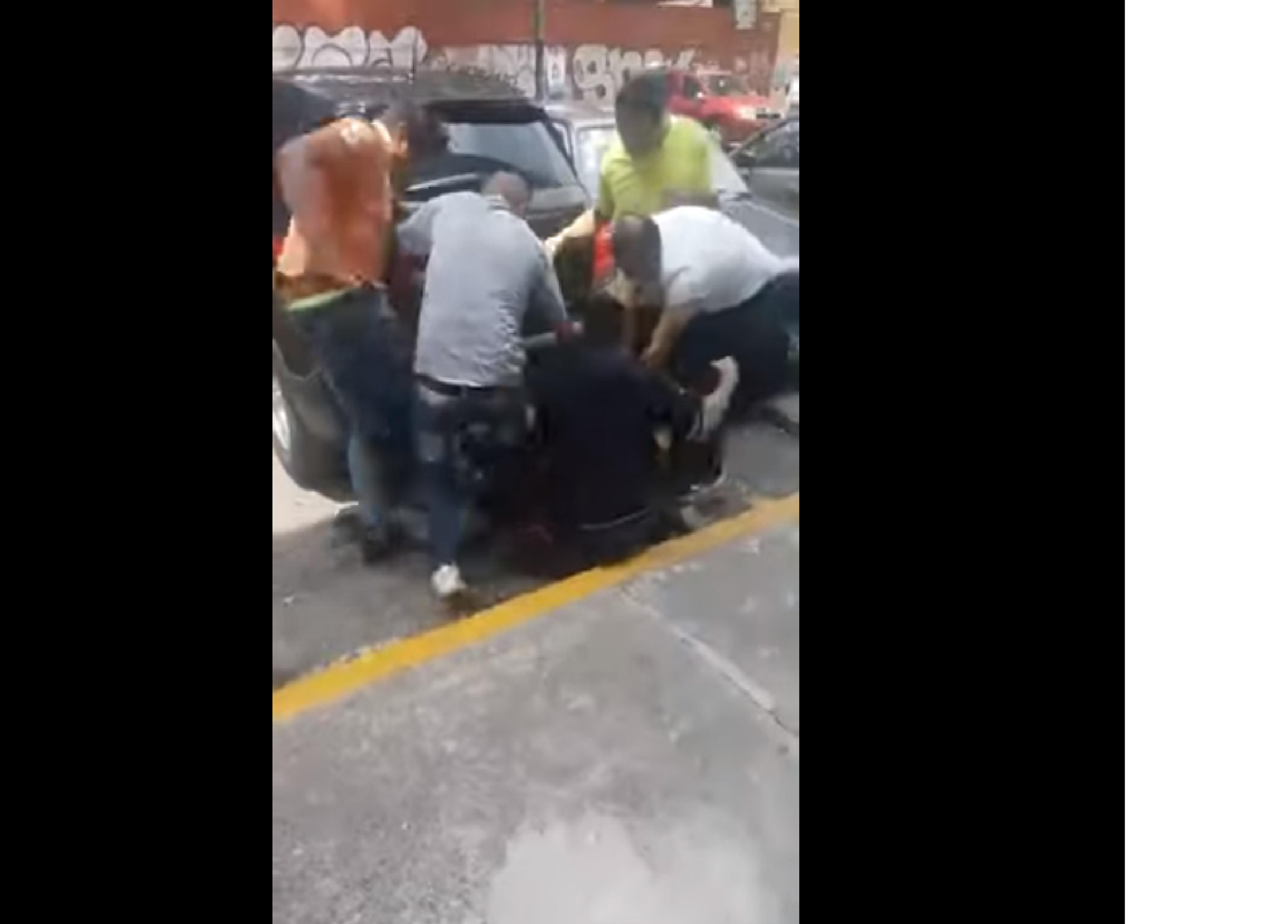 (Vídeo) Asaltante es golpeado mientras le gritan que «quedará igual que el de la combi»