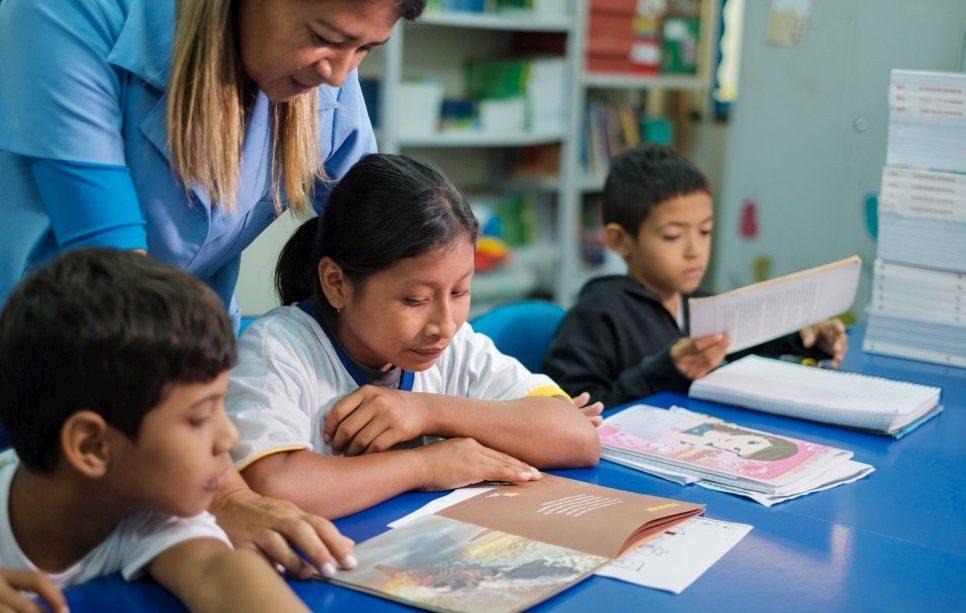 niños recibiendo clases