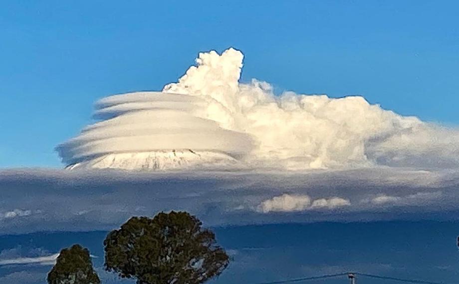 VIDEO|| Fenómeno de nubes sobre el Popocatépetl con forma de nave espacial.