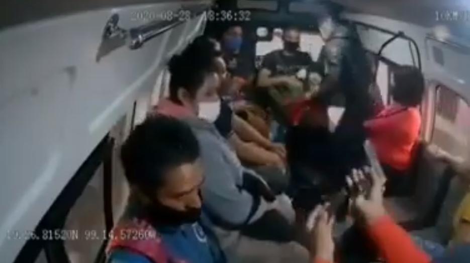 (Video) Dos hombres asaltan violentamente y quitan la vida a usuario de combi en Edomex