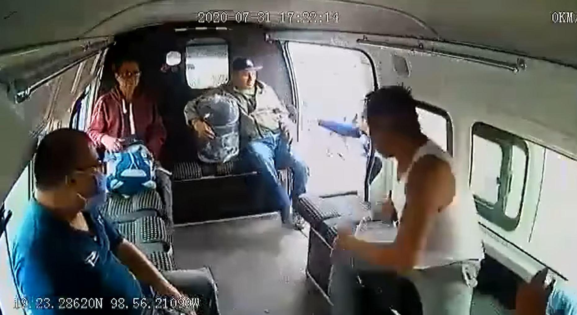 [Video] Hombre asalta transporte público y pasajeros lo golpean en Edomex