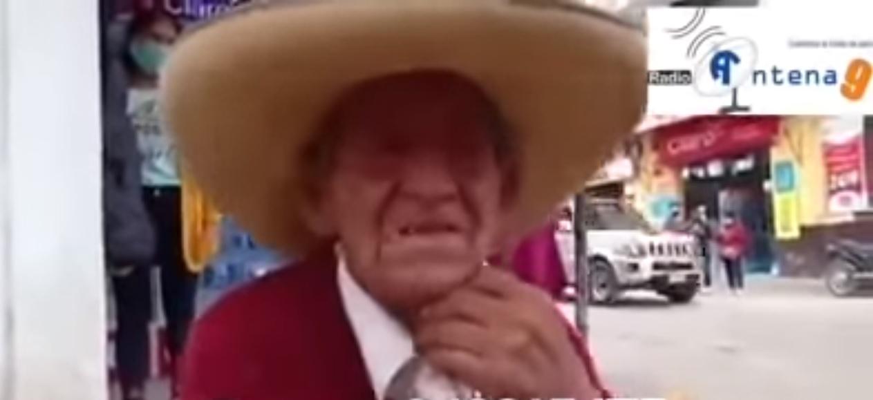 (Vídeo) Viejito llora a causa de sus hijos que le exigen su herencia en vida