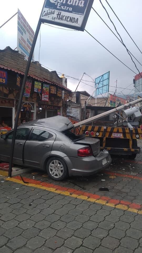 Colisión entre poste de Luz y grúa en la México-Toluca