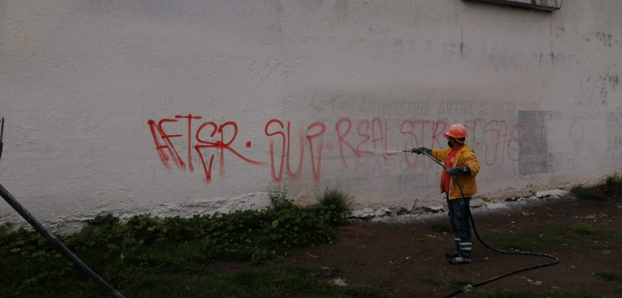 Eliminan autoridades grafiti para mejorar la imagen urbana de Toluca