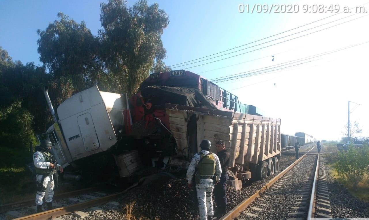 Tren-embiste-a-trailer-en-el-Edomex