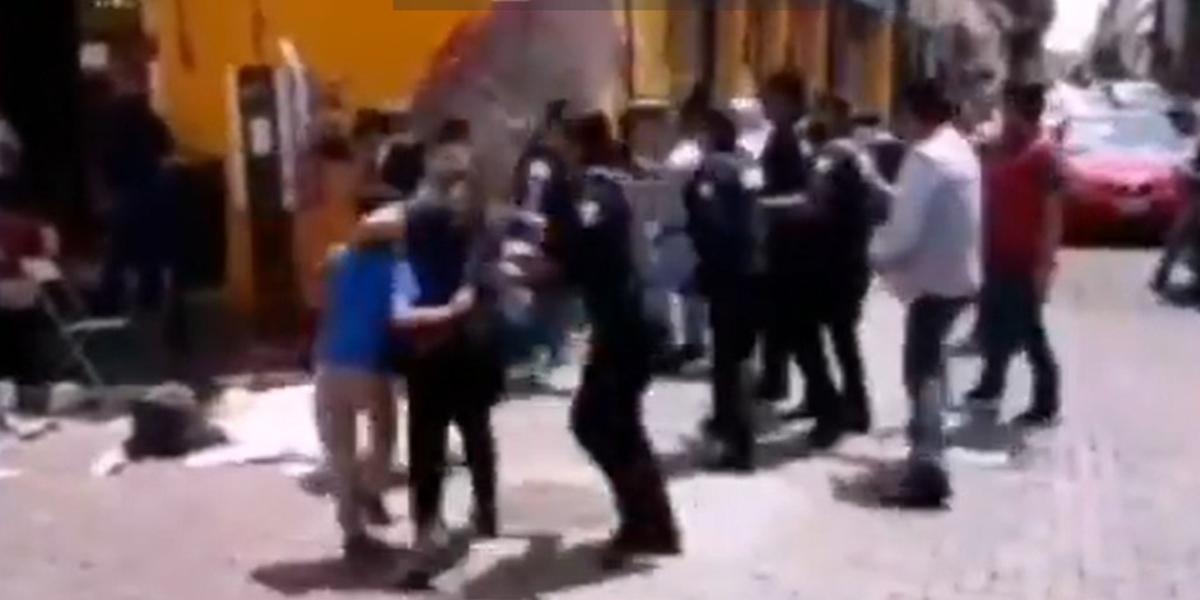 (VIDEO) Niño y madre comerciantes son agredidos por policías