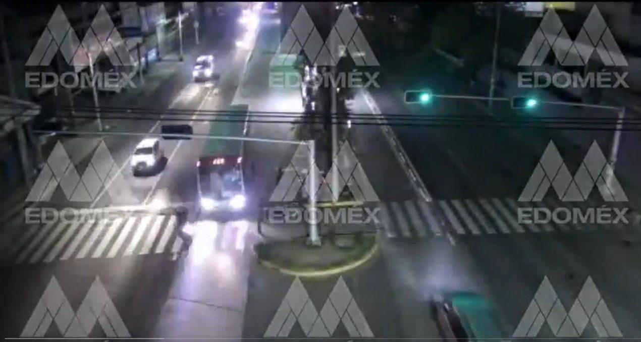 (VIDEO) Motociclista casi es atropellado en Ecatepec
