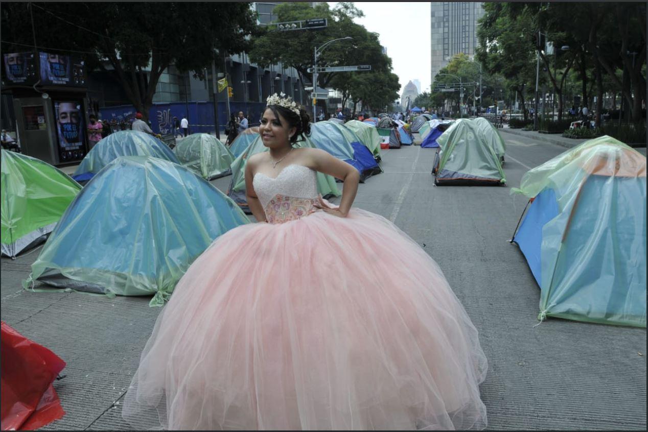 [Fotogalería] Quinceañera usa manifestación de FRENAAA como set de fotos
