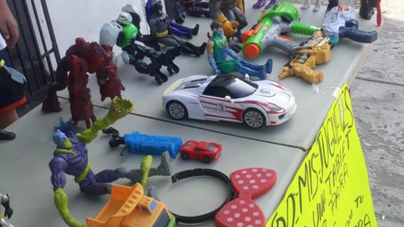 nino-vende-juguetes