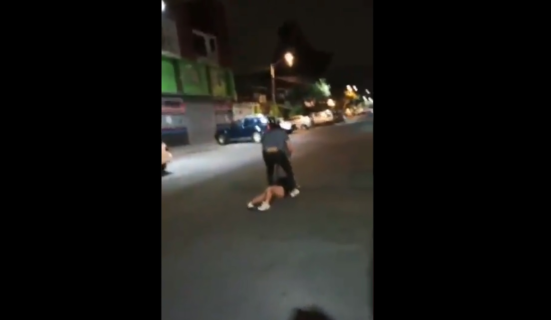 (Video) Hombre golpea a una mujer y después agrede al hombre que la defiende
