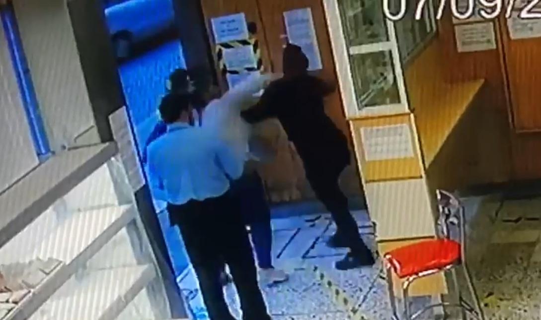 (Video) Mujer golpea a señora después de meterse en la fila de una panadería