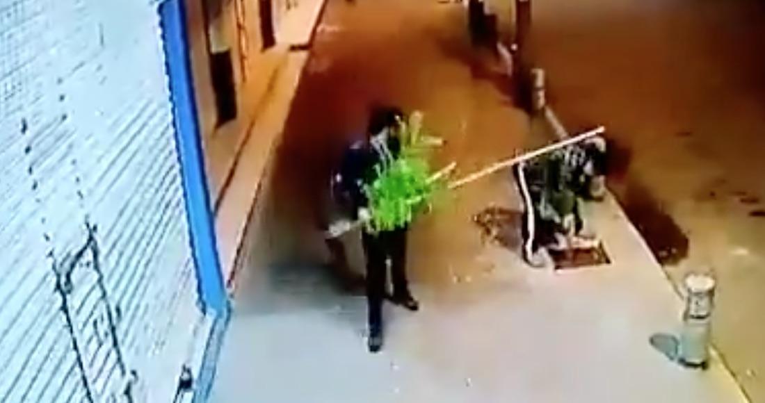 Dos-hombres-se-roban-arbolitos-en-calles-de-Toluca