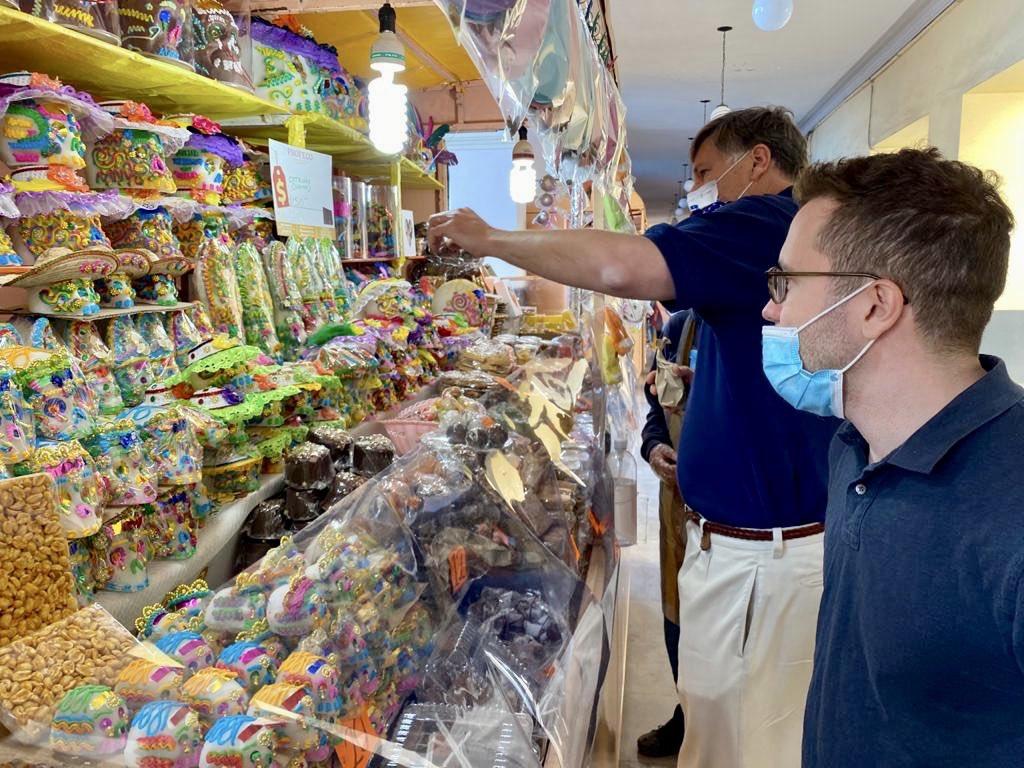 Embajador de EE.UU., Christopher Landau, visita Feria del Alfeñique