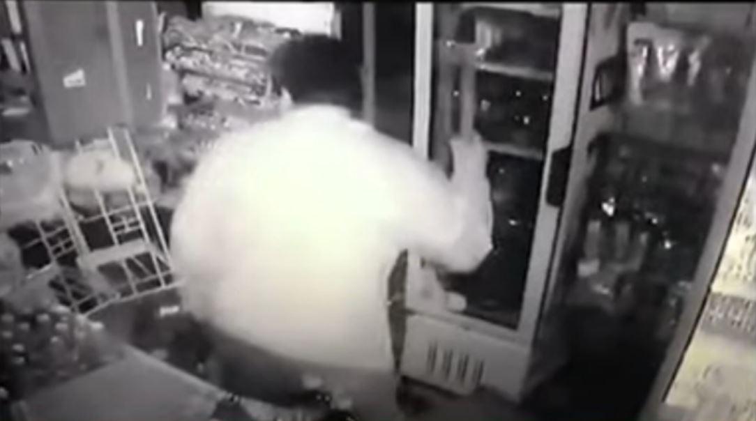 Ladrones-huyen-luego-de-que-el-dueno-de-una-tienda-se-defendiera-con-un-hacha-en-Toluca