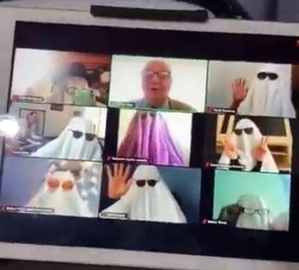 (Video) Maestro sorprendido por clase llena de fantasmas