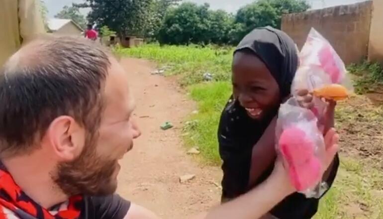 Nina-huerfana-recibe-su-primera-muneca-y-su-reaccion-se-hace-viral