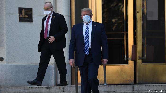 Trump deja hospital a pesar de Covid-19.