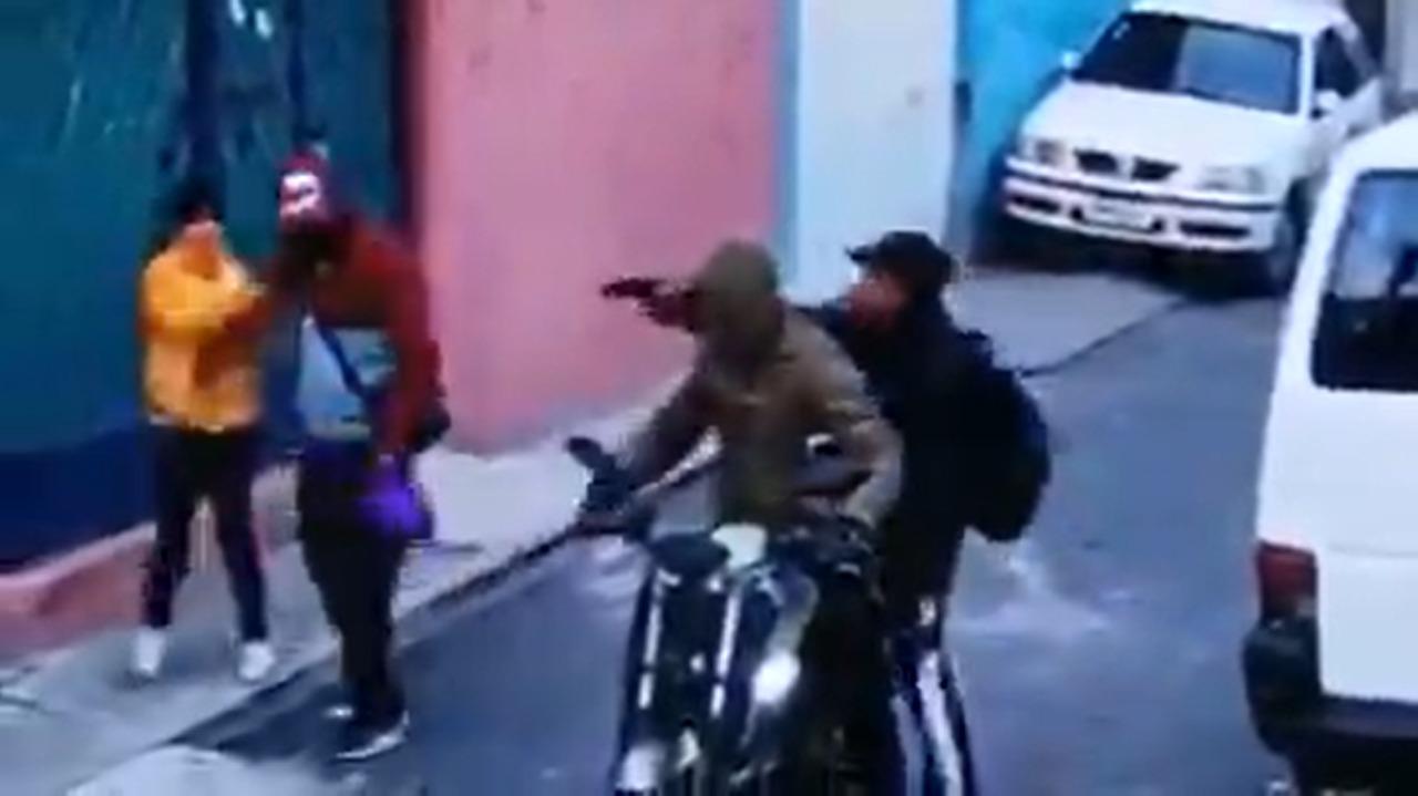 (VIDEO) Son asaltados con violencia una niña y su padre en Ecatepec