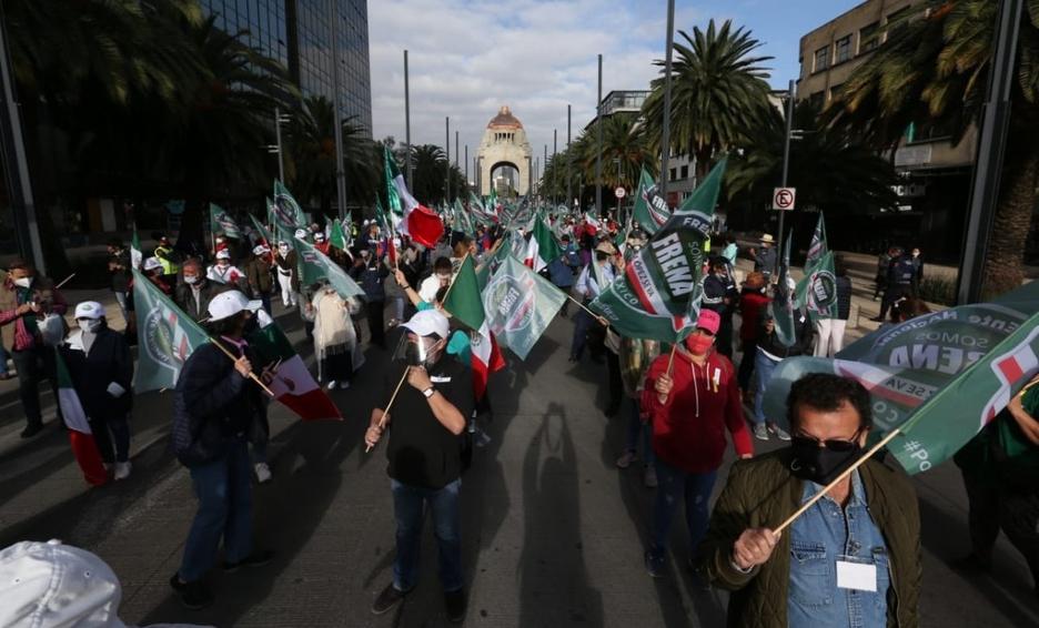 FRENAAA amplía protesta en Zócalo, AMLO contesta