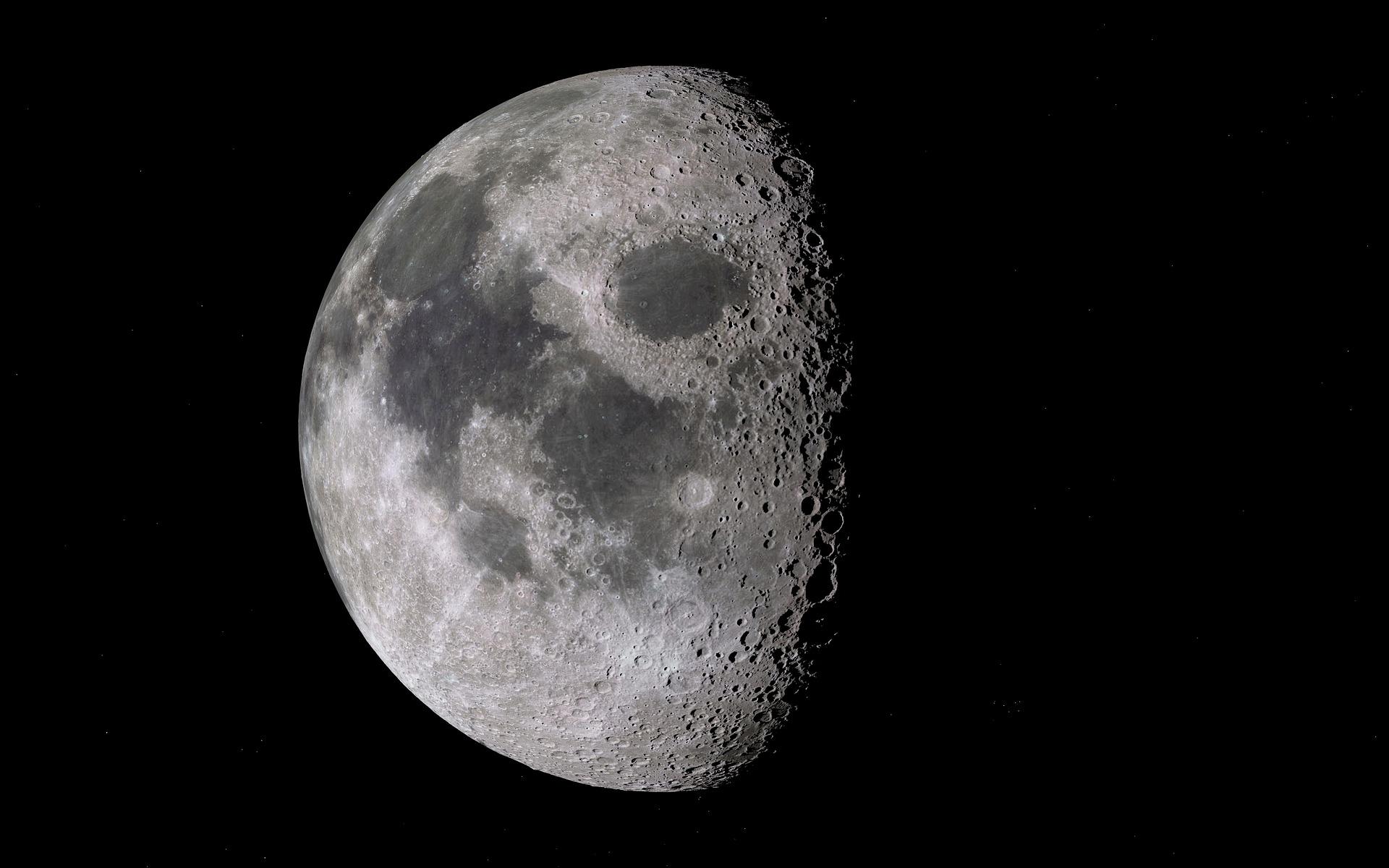 NASA descubre agua en parte luminosa de la luna