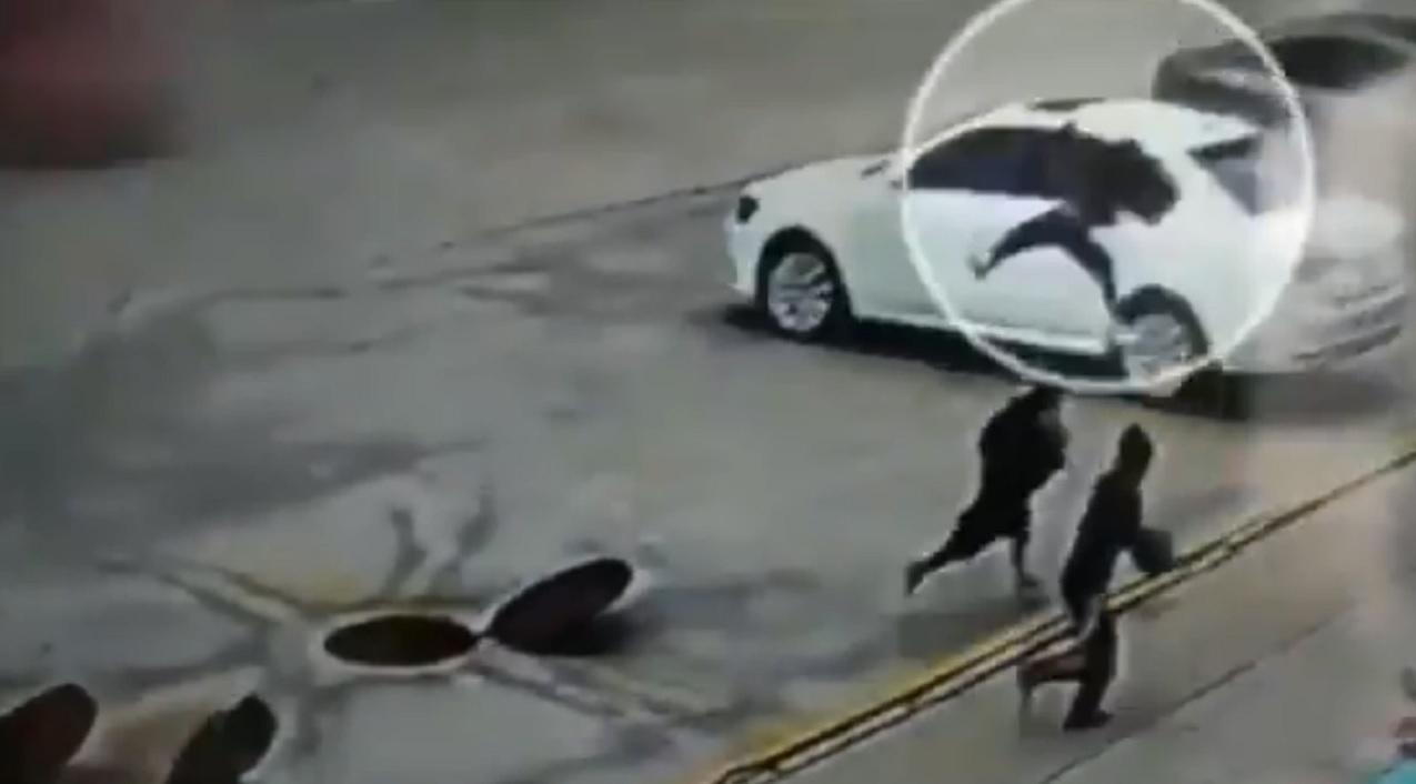 (Video) Niño sale volando después de lanzar un cohete en una coladera en China