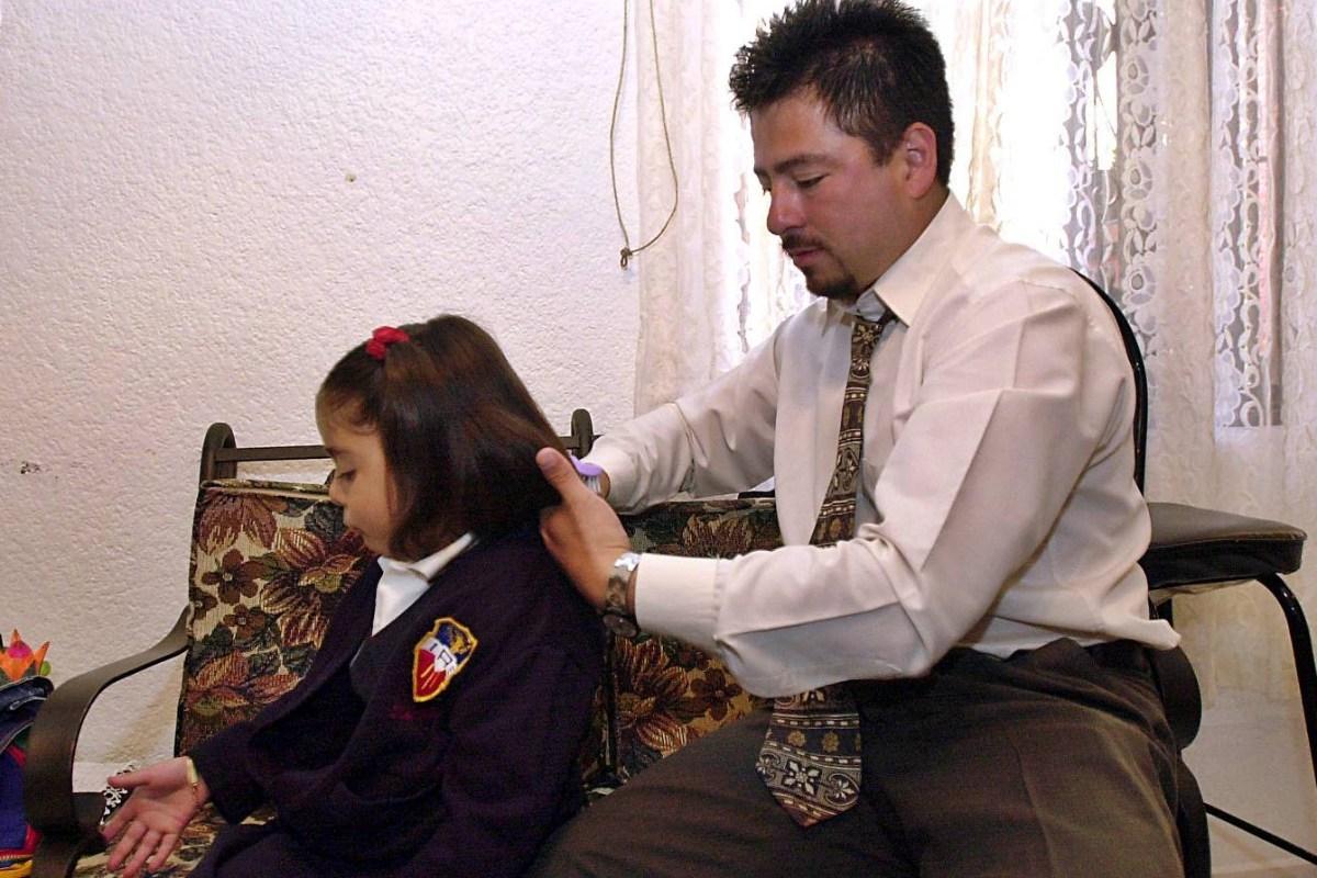 Padres solteros son considerados grupo vulnerable en la Ciudad de México y podrán obtener un apoyo del gobierno al igual que las mujeres.
