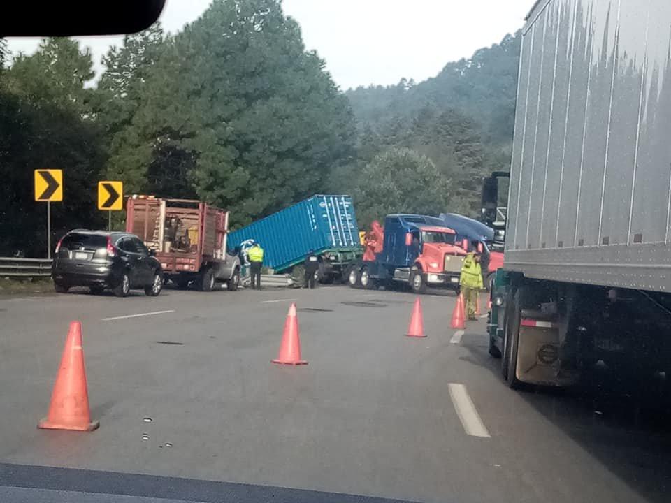 trailer-cae-a-barranco-en-la-mexico-toluca-160494