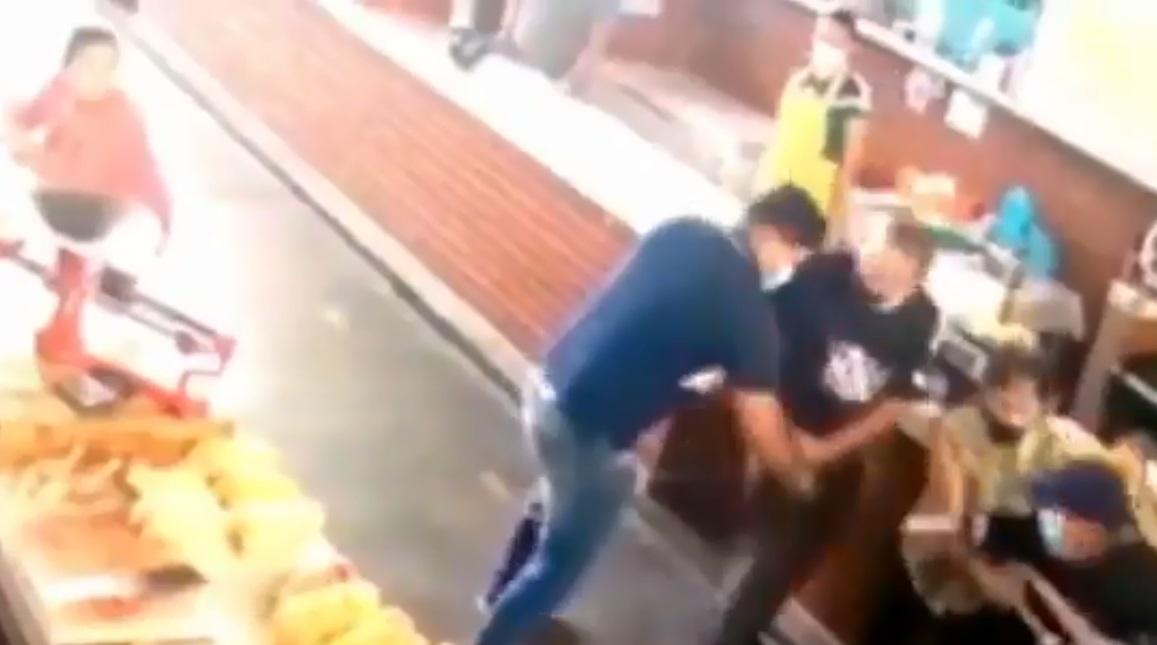 (Video) Viejitos sufren violento asalto en un mercado