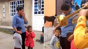 video-niño-paga-5-pesos-y-canicas-a-mariachis-para-cantarle-a-su-mama2