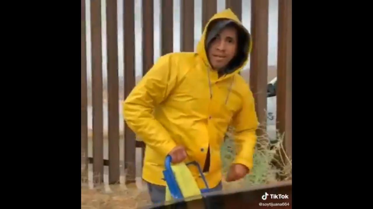 (Video) Agente fronterizo compra tamales en la frontera de Tijuana