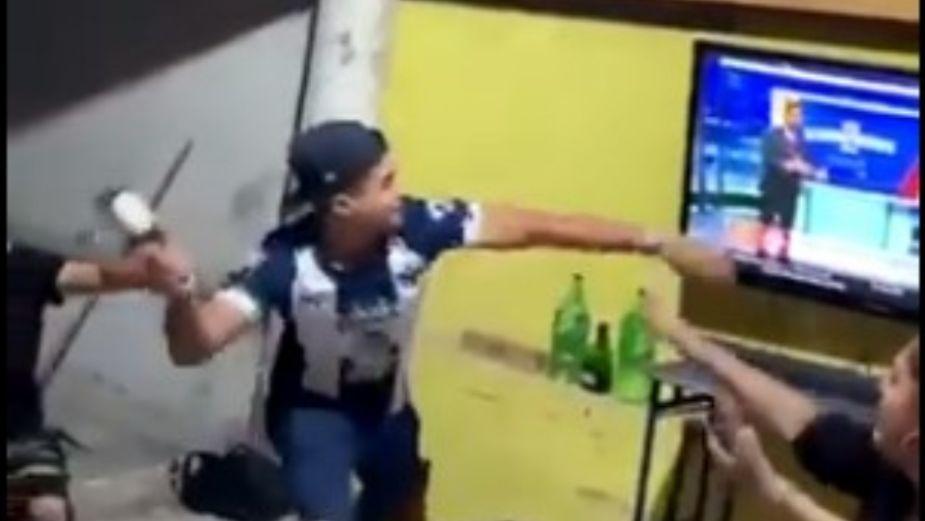 Aficionado del Monterrey destruye pantalla con botella de cerveza