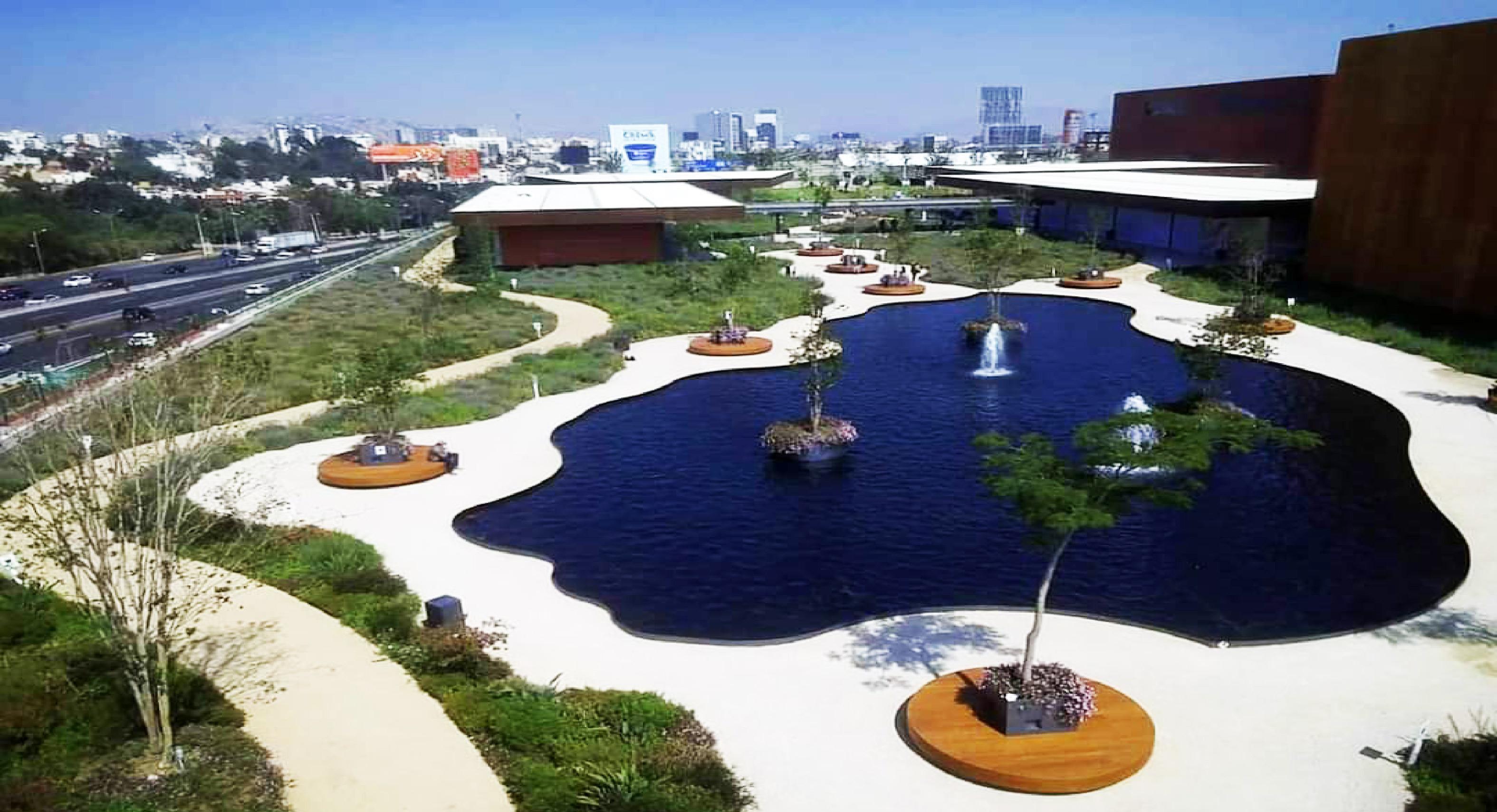 Nuevo centro comercial mexiquense con el parque más grande del mundo en su azotea || VIDEO