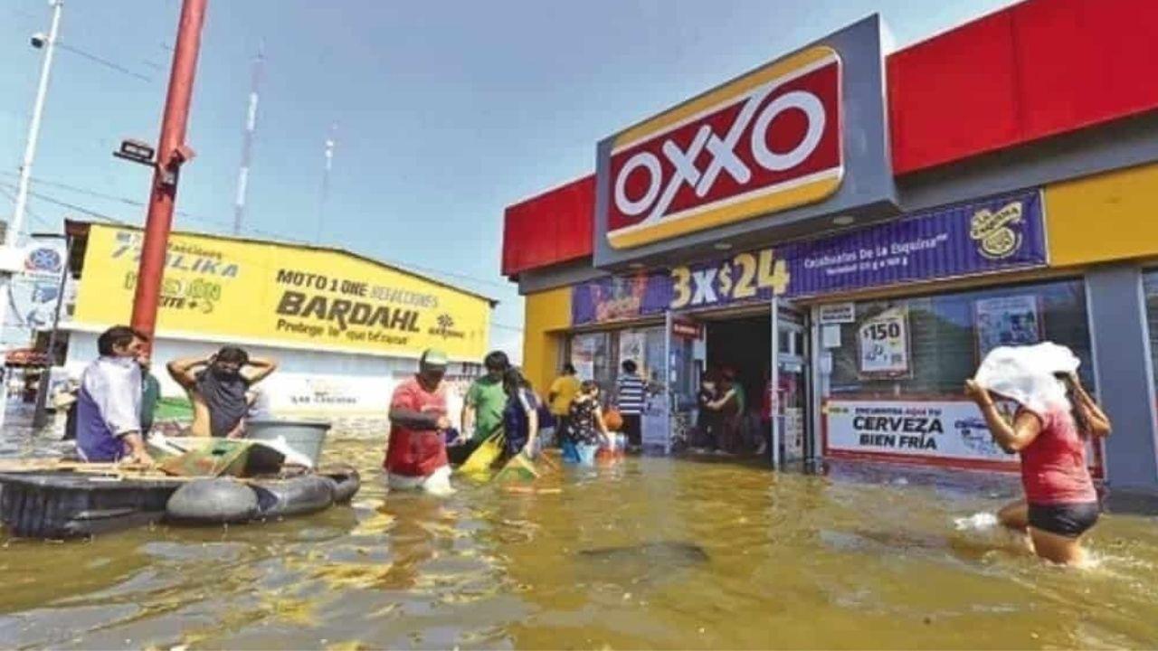 En-plena-inundacion-personas-saquean-un-Oxxo