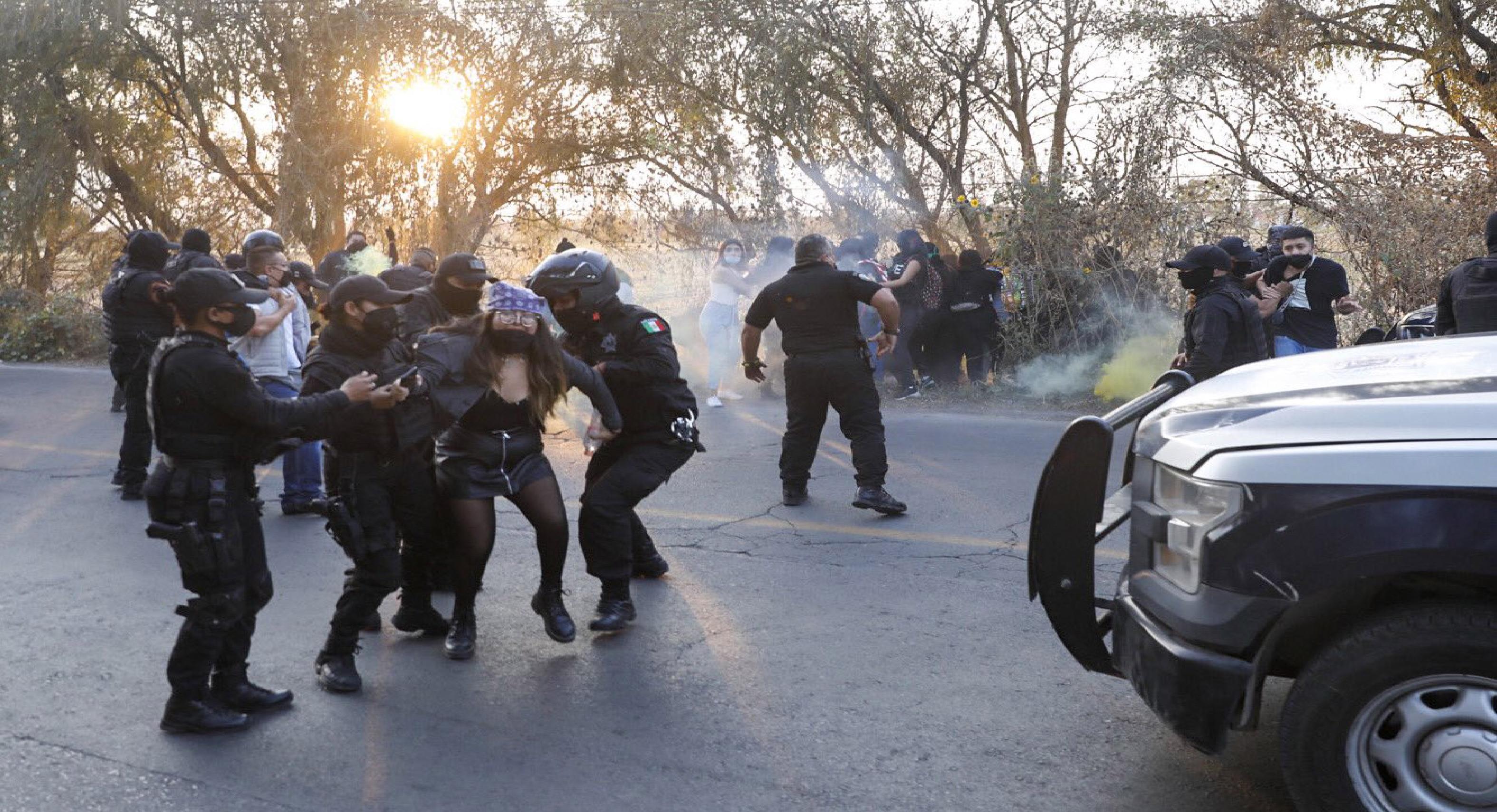Policías de Cuautitlán agreden a manifestantes feministas1