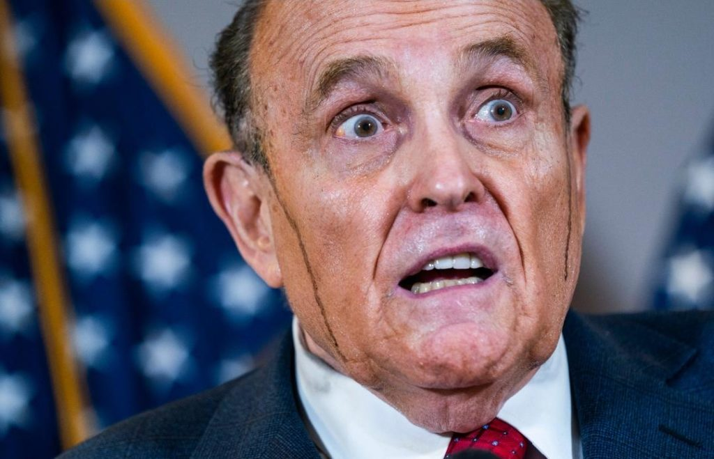 Se-le-chorrea-el-tinte-del-cabello-en-plena-conferencia-de-prensa-a-Rudy-Giuliani