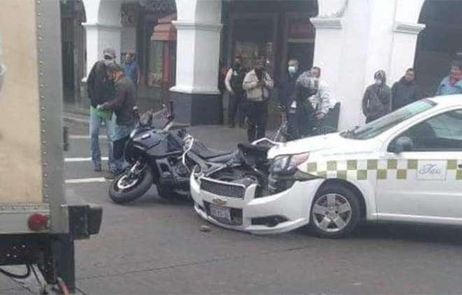 Taxi se impacta con motocicleta de seguridad pública de Toluca
