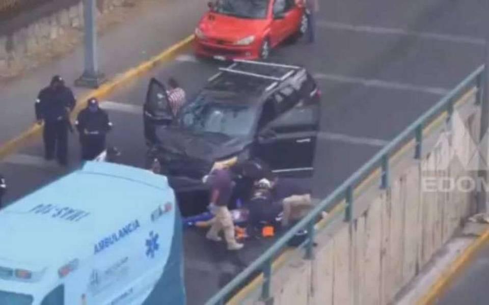 Familia asaltada al salir del banco atropellan a los delincuentes en Naucalpan.
