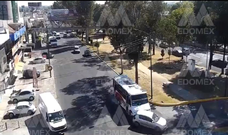 camion-hace-que-automovil-salga-proyectado