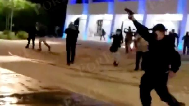 cancun-policias-disparan-al-aire-para-dispersar-manifestantes-y-atacan-a-mujer2