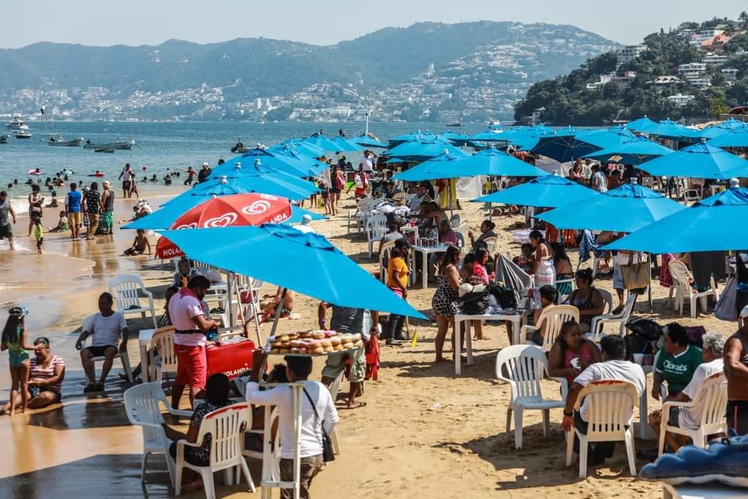 Playas de Guerrero se llenan de turistas pese a alza de coronavirus